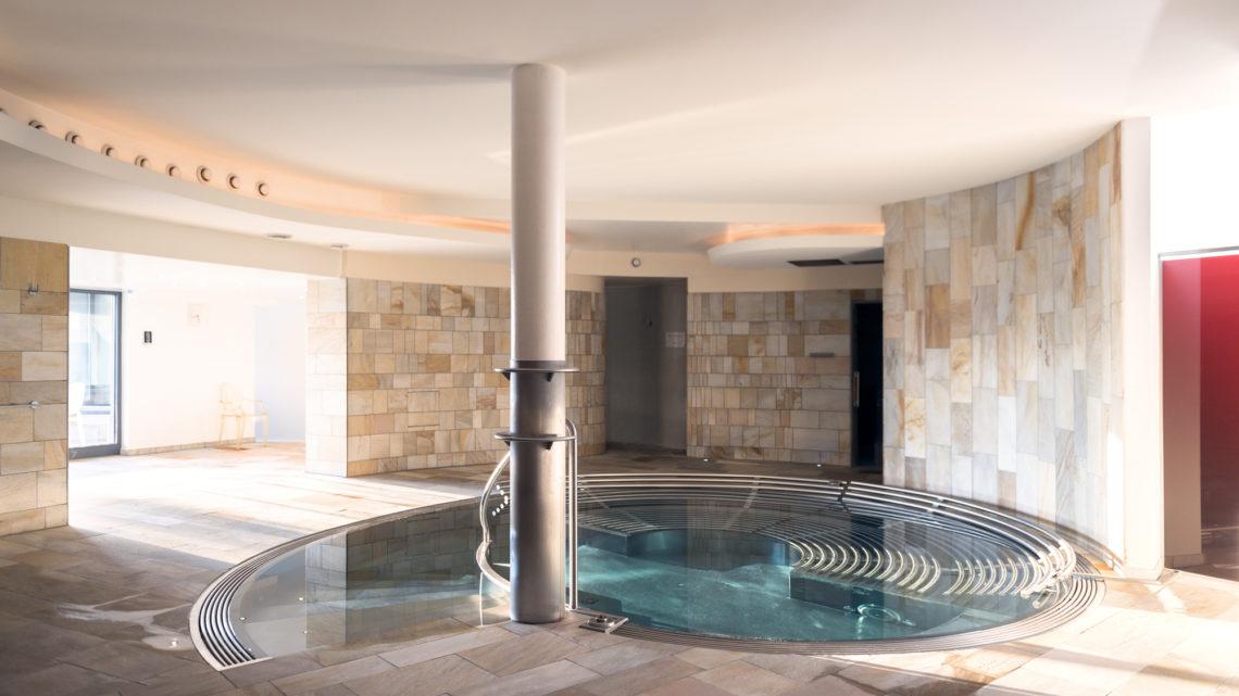 Stoos Wellnesshotel Bergdorf Stoos steilste Standseilbahn der Welt Schneckenpool Hotel Stoos