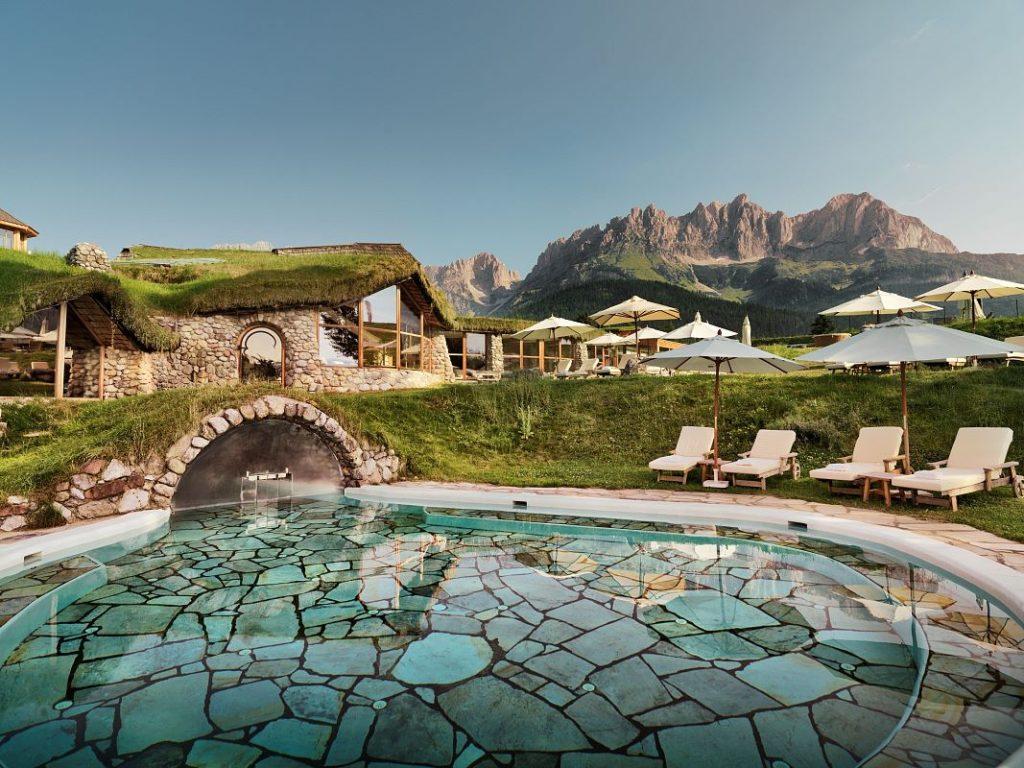 Naturbadesee Stanglwirt Nachhaltiger Luxus Ferien Entspannung Relax Tennis Felsenbad Aussenpool