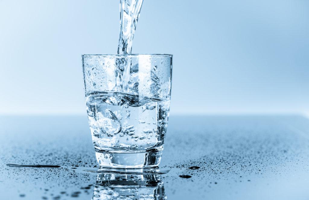 Wasser ausreichend trinken Flüssigkeitszufuhr
