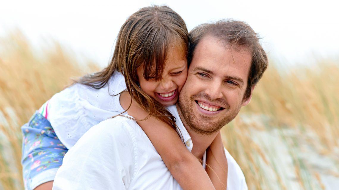 Vatertag Geschenke süsses Mädchen mit lachender Vater 123RF