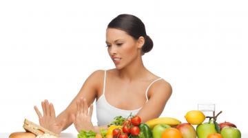 Intervallfasten Frau Fast Food oder gesund 123RF