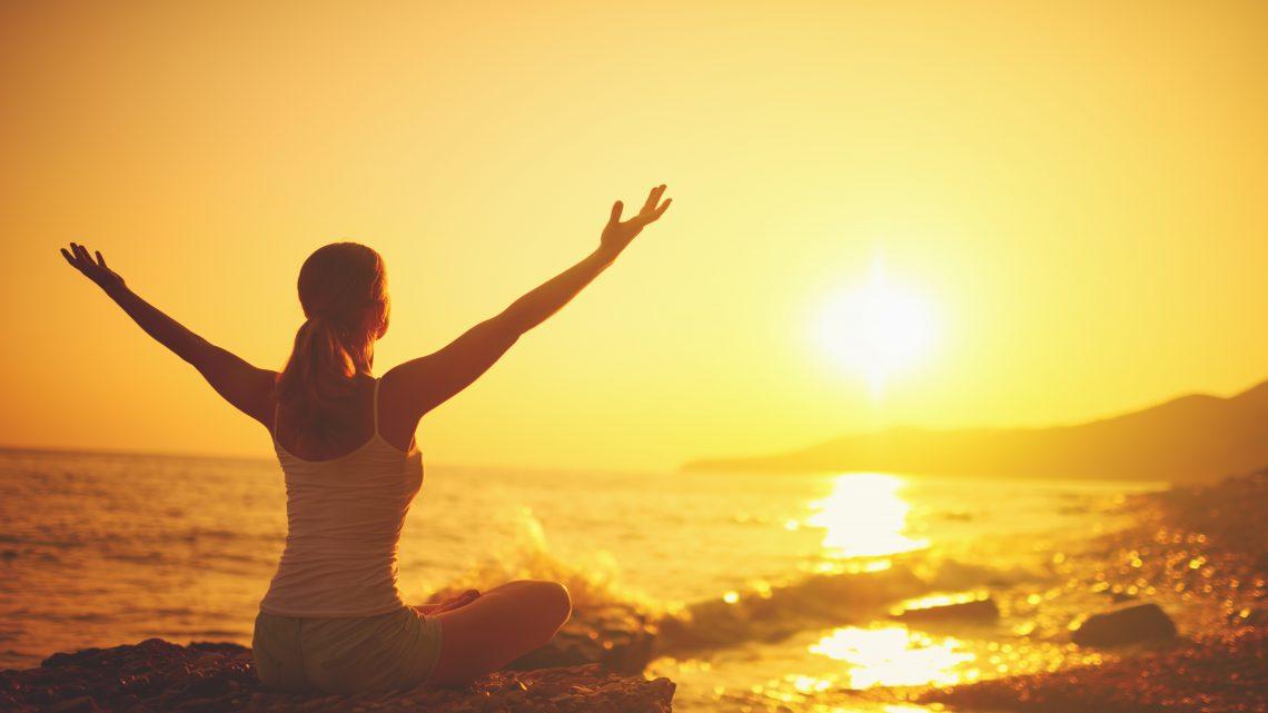 Wellness Yoga Sonnenuntergang Frau sitzendd