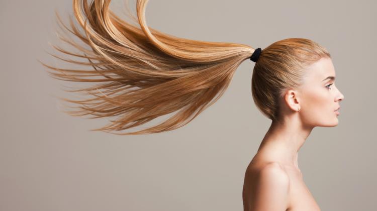 Tipps für gesunde, kräftige Haare 123RF blonde lange Haare worldofwellness