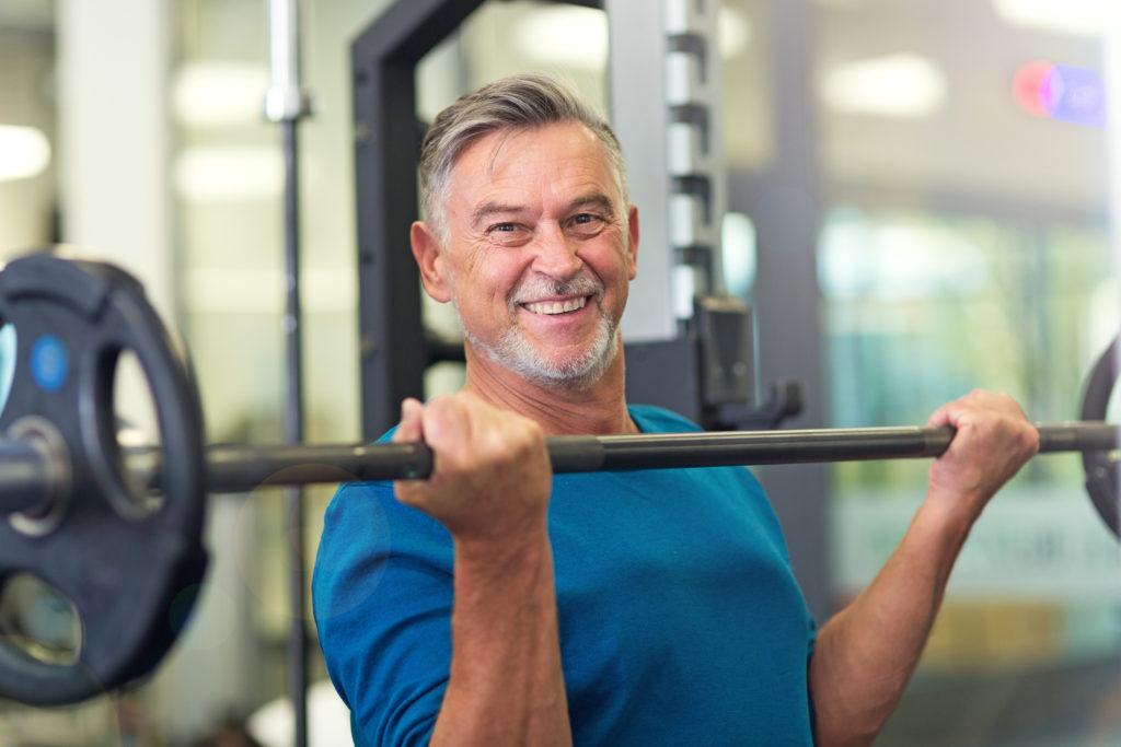 Fitness Muskeln im Alter Mann Langhantel Sport 123RF worldofwellness