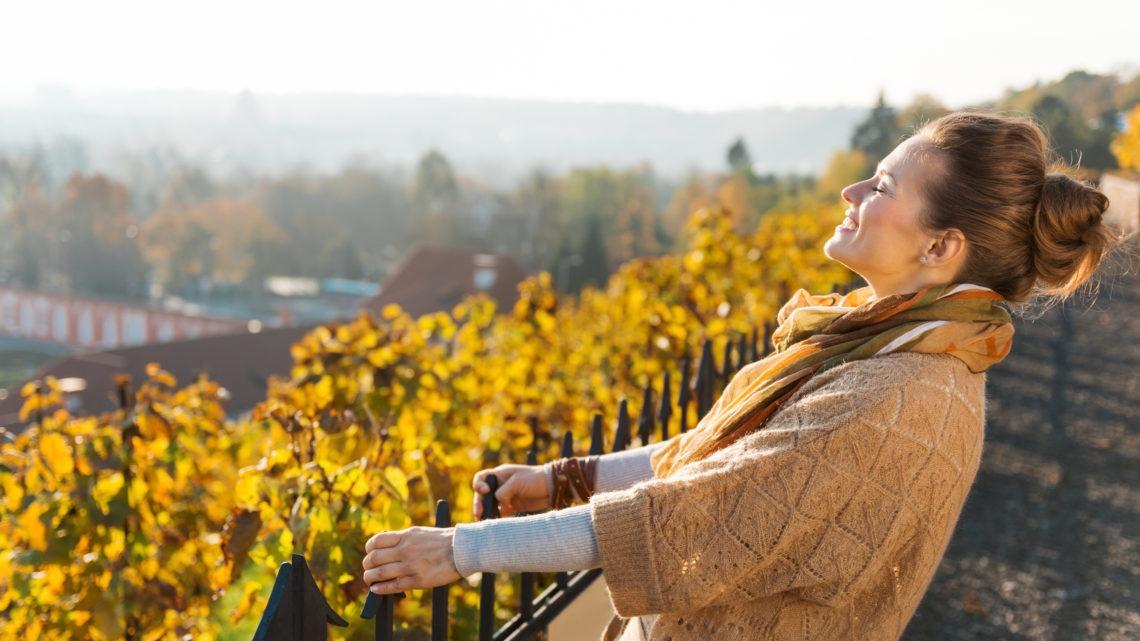 Fit und gesund Herbst Frau Blätter 123RF worldofwellness