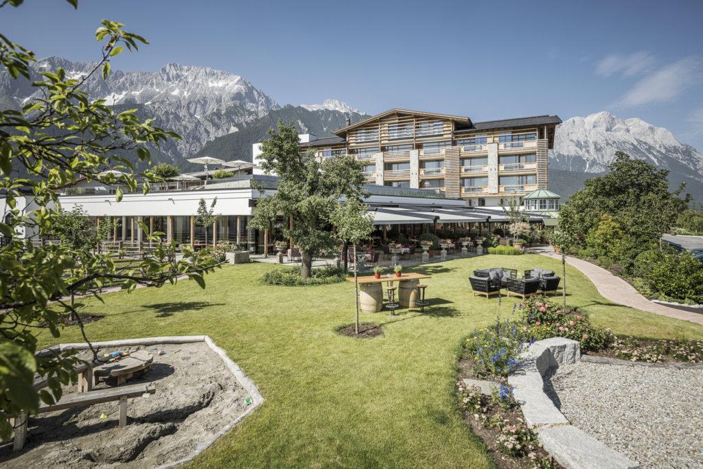 Alpenresort Schwarz Tirol Österreich Garten Neubau Outdoor worldofwellness
